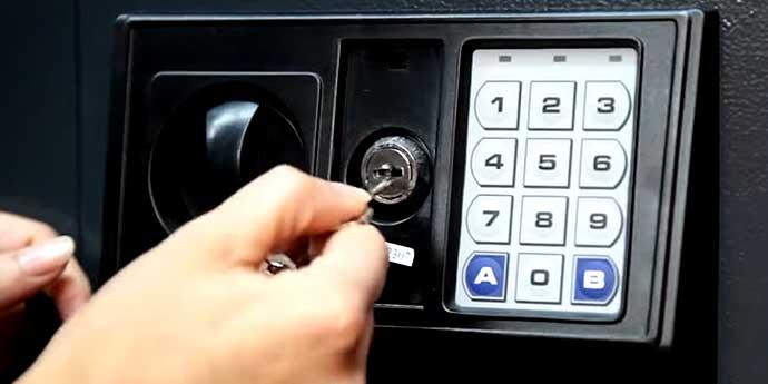 Qu hacer cuando una caja fuerte electr nica se queda sin bater a cajas fuertes - Abrir puerta sin llave clip ...